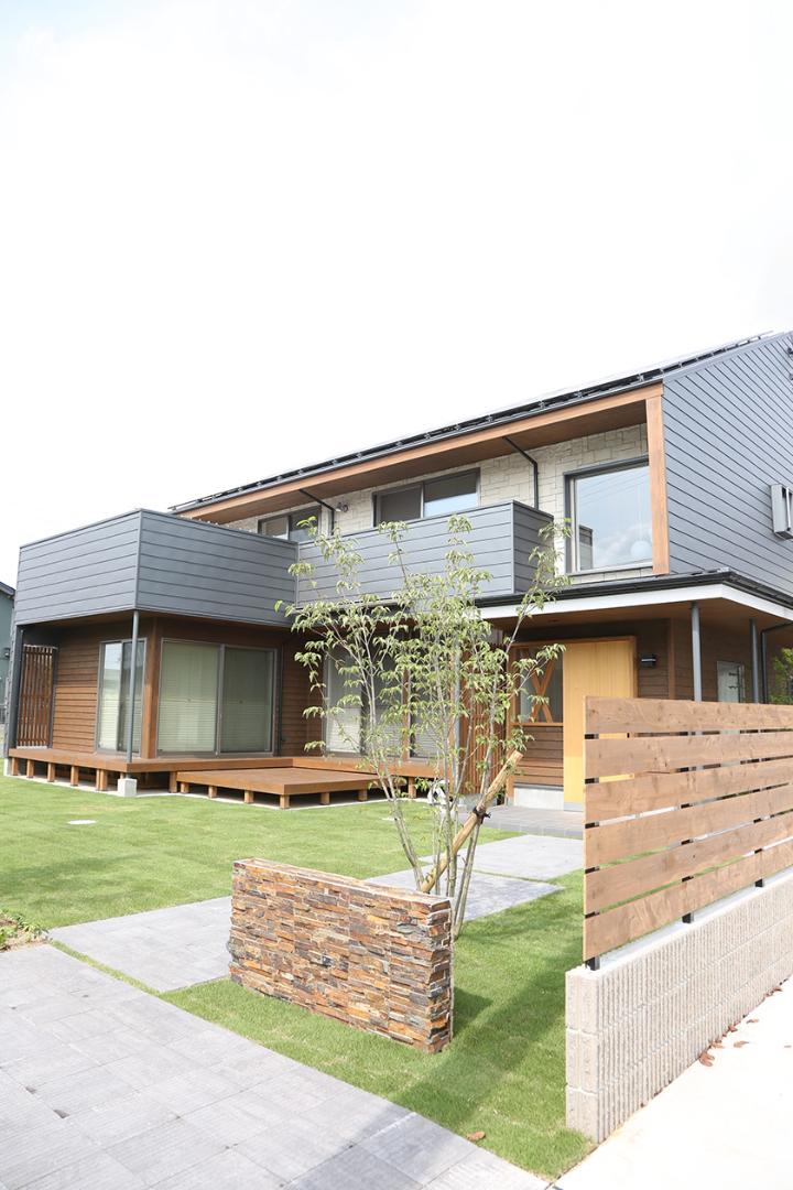 地元の木材を使用した温もりある家